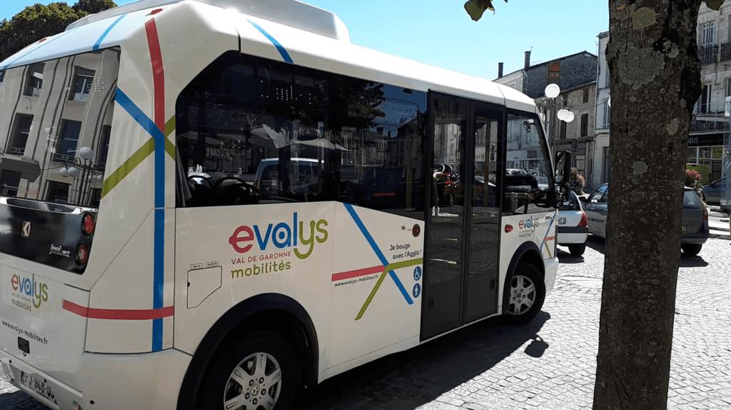La navette centre-ville Evalys qui s'engage sur la place des neufs fontaines à Marmande